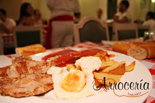 Huevos con lomos, patatas y magras con tomate