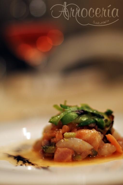 Tártaro de gambas, salmón fresco y ahumados con jugo de bogavante